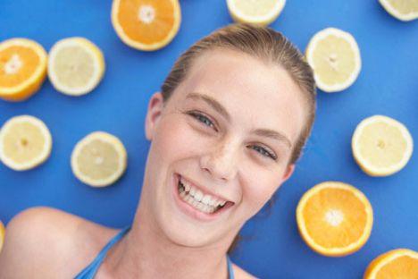 Sivilceler için limon maskesi  Limondaki asit sivilcelerin bir numaralı düşmanıdır. Yarım limonun suyunu 1 yemek kaşığı talk pudrayla karıştır. Maskeyi, özellikle sivilcelerin yoğun olduğu bölgelere uygula. İyice kuruduktan sonra, bol suyla yıka.